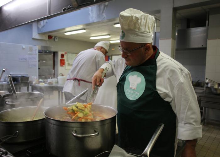Préparation des légumes pour le couscous par l'équipe verte