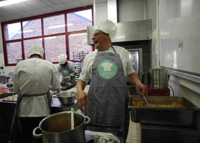 Préparation du curry de lgumes par l'équipe grise