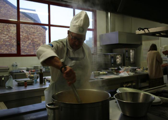 Préparation du velouté de butternut de l'équipe grise