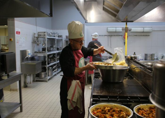 Preparation de la tarte aux fruits de saisons par l'équipe rouge