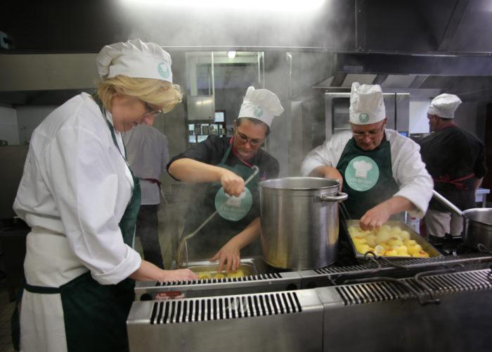 Preparation des pommes suprises par l'équipe verte