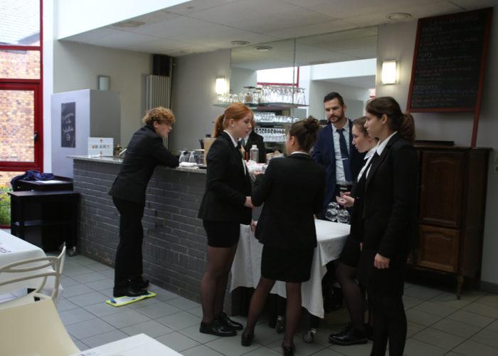 Les élèves de service en briefing avant le repas