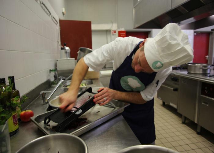 Préparation des croquants de légumes par l'équipe bleue